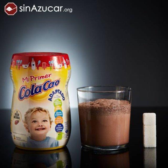 30 gramos de Mi Primer Cola Cao contienen 10.8 gramos de azúcar, casi 3 terrones. Lo patrocina la Sociedad Española de Pediatría Extrahospitalaria y Atención Primaria (SEPEAP).. SINAZUCAR.ORG