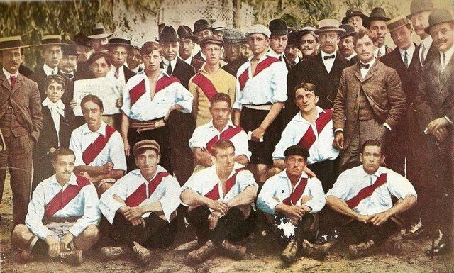 El campeón del 08: Messina es el primero de la fila central.