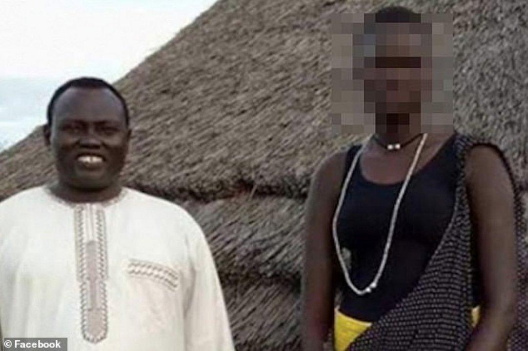 Una imagen de la joven de 17 años (derecha) que fue publicada en Facebook para promocionar la subasta