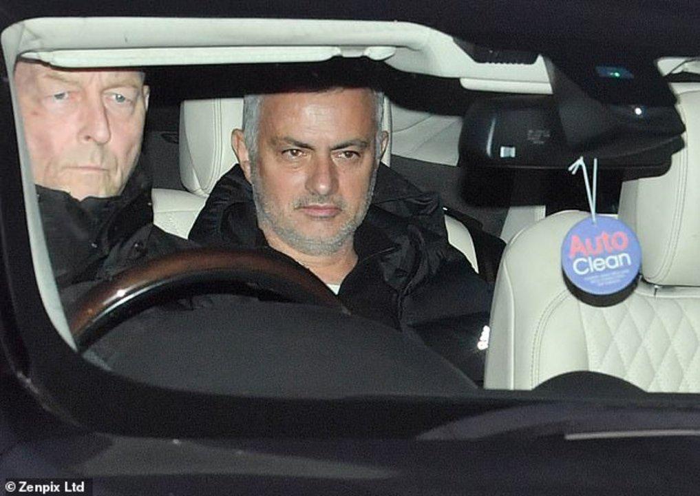 Así llegaba Mourinho al estadio del Manchester United el martes por la mañana, minutos antes de ser despedido