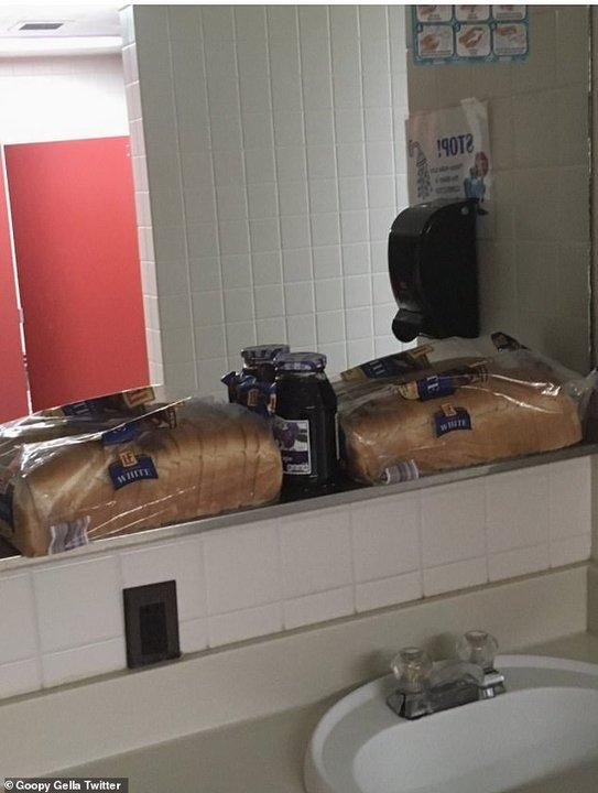 Encontró pan y mermelada arriba del lavamanos