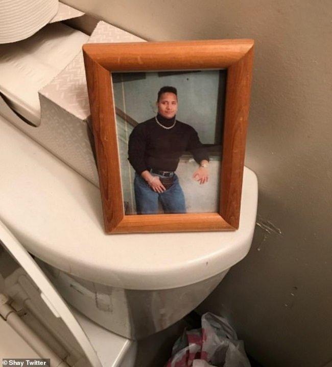 """Una foto de Dwayne """"La Roca"""" sobre el inodoro"""