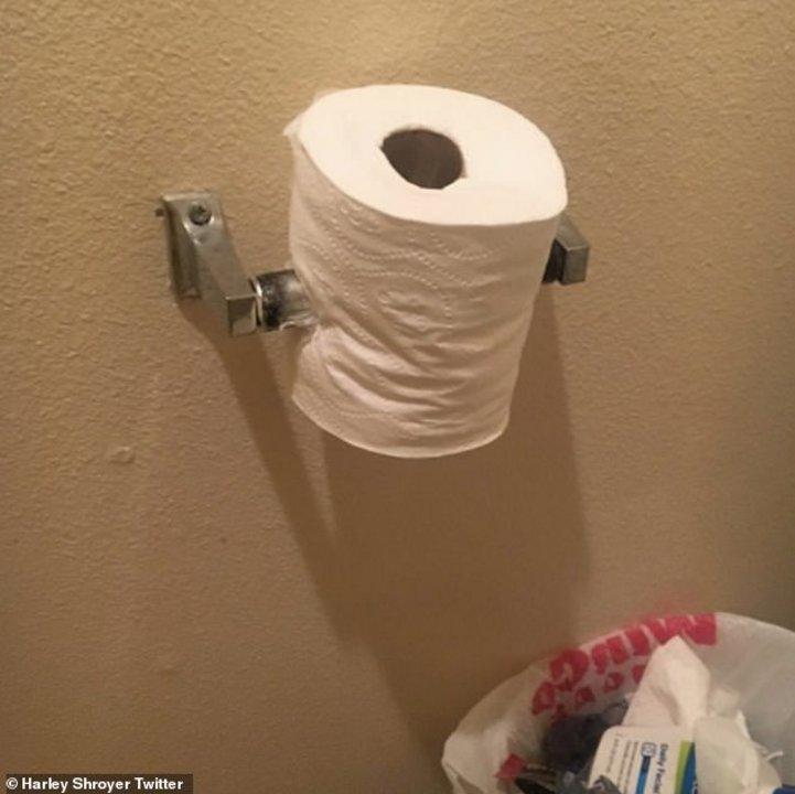 Un rollo de papel higiénico perforado por el propio porta rollo