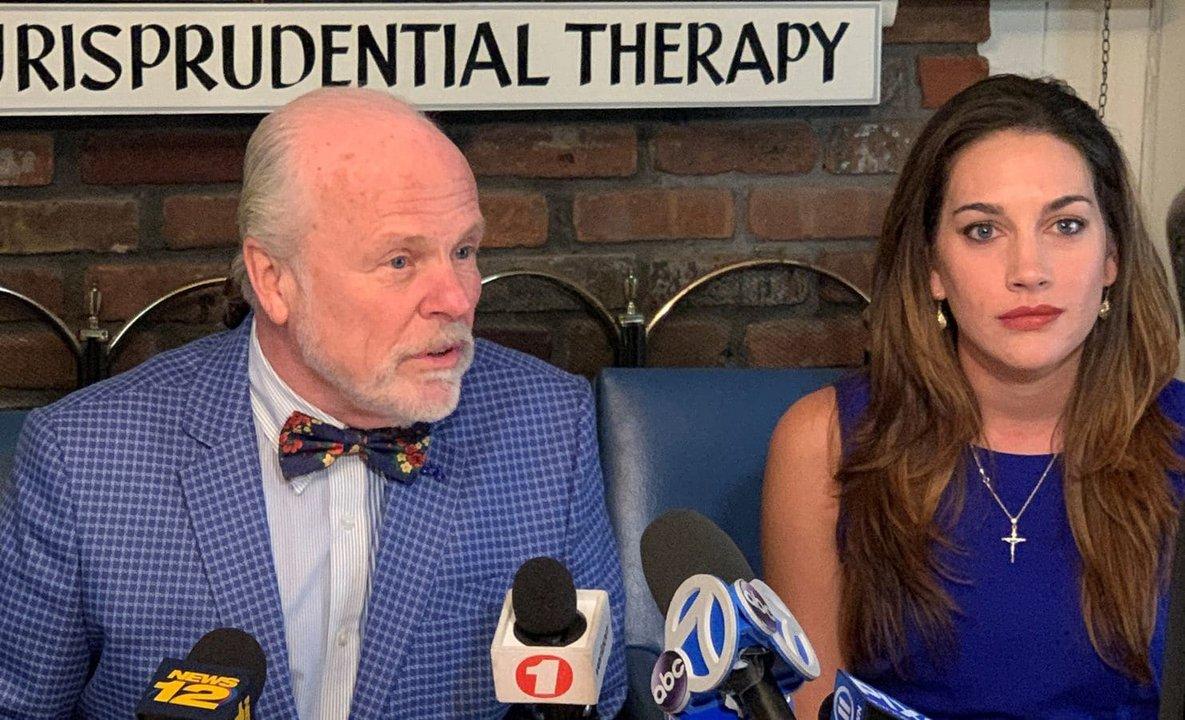 Miranda junto a su abogado, John Ray, durante una conferencia de prensa