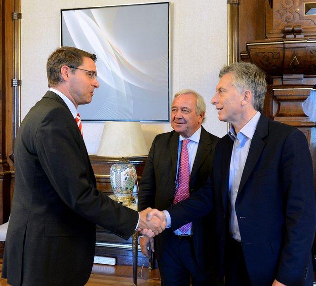 Mauricio Macri con Thomas Baldry, titular de Deutsche Post (DHL) y Jorge Irigoin.